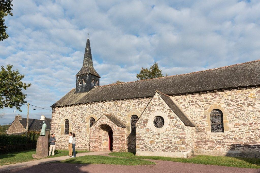 Ici, la statue de l'abbé Gillard est visible devant l'abbaye se situant a l'ouest de la forêt de brocéliande