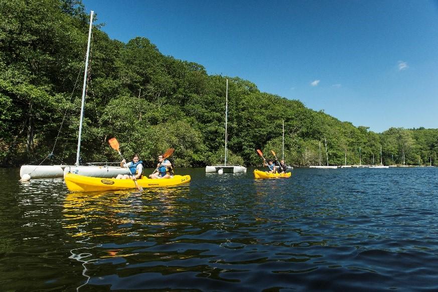 le lac de guerlédan, propice aux activités aquatiques